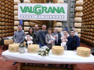 Una ruota di formaggio ai primi nati del 2020: ci pensa il caseificio Valgrana