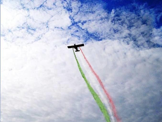 Scia tricolore nel cielo di Grinzane, l'omaggio alla Repubblica da parte della Pro loco