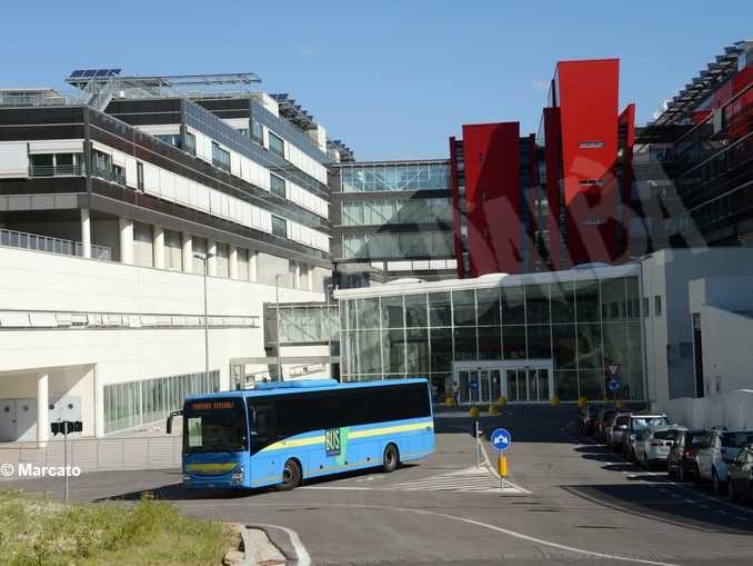Il bus che da Alba arriva al nuovo ospedale di Verduno