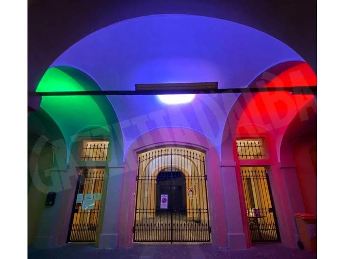 Il municipio di Corneliano illuminato con i colori della bandiera italiana