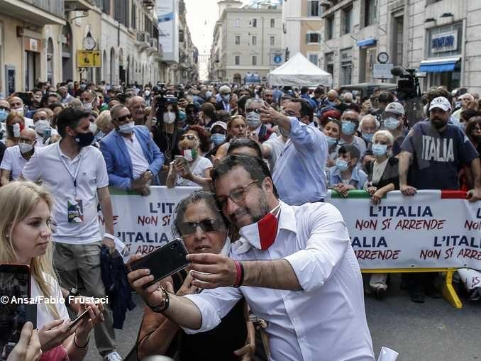 Matteo Salvini scatta un selfie