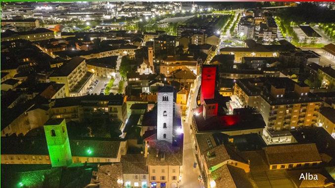 Un'unica grande bandiera fatta di luci tricolori illumina 40 luoghi simbolo del nostro Paese per celebrare la Festa della Repubblica