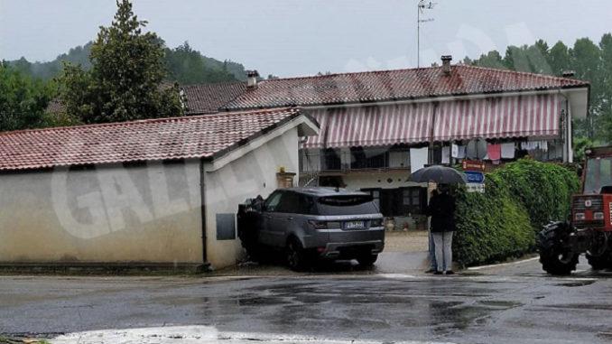 Auto si schianta contro il garage di una casa, per  una vettura che taglia l'incrocio senza fermarsi