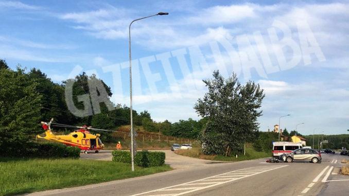 Incidente a Ceresole d'Alba: moto si scontra con una vettura, grave il centauro