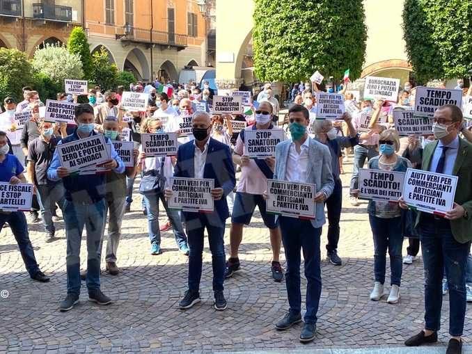 Oltre 200 persone al flash mob promosso dalla Lega a Cuneo