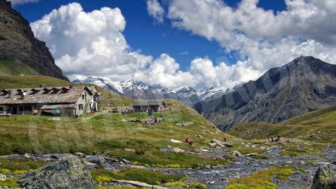 Rifugi alpini, la ripartenza cammina sui sentieri in cerca di sicurezza e serenità