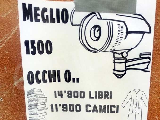 Volantini anonimi contro le telecamere di sorveglianza affissi in centro