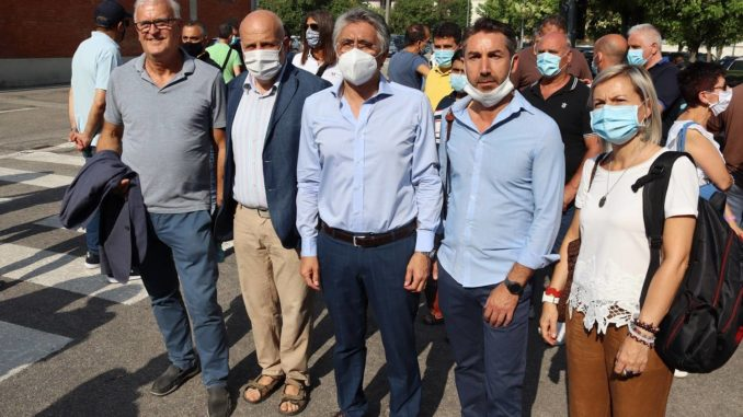 Chiusura della Stamperia Miroglio di Govone: il sindaco di Alba al presidio dei lavoratori