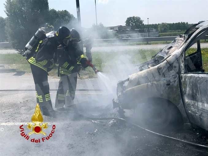Un furgone va in fiamme a Bandito