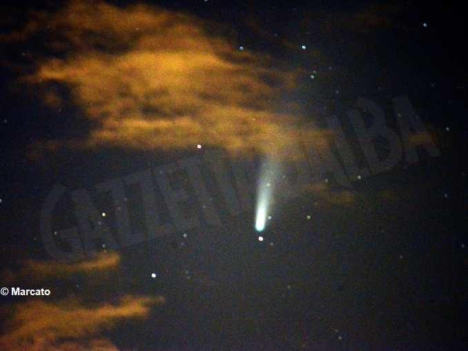 La cometa Neowise nel cielo notturno 1