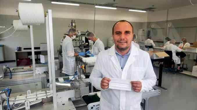 Trenta addetti per produrre 100mila mascherine chirurgiche ogni giorno