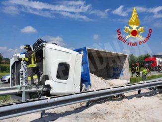 Un camion si ribalta all'altezza del casello di Marene: illeso il conducente