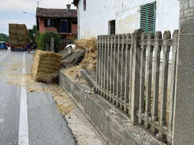 Un camion urta la staccionata di una casa e perde pesanti balle di paglia
