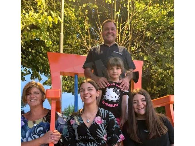 Novello: una sedia gigante in piazza Monviso ricorda Samuele Vaira 1
