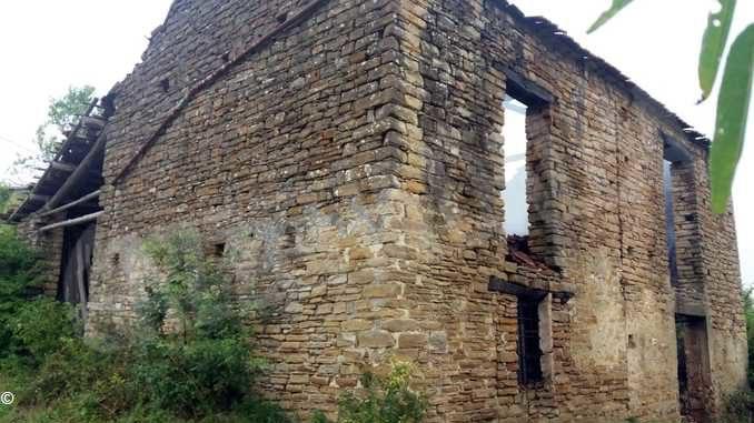 Incendia un edificio disabitato: denunciato un piromane di 73 anni