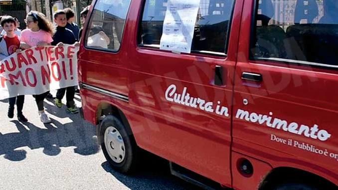 La cultura sul furgoncino rosso è sempre in movimento