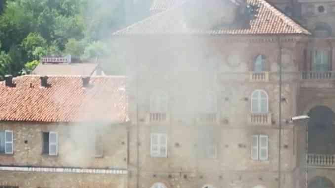 In fiamme la casa di riposo di Dogliani: pompieri al lavoro per portare in salvo i 40 ospiti