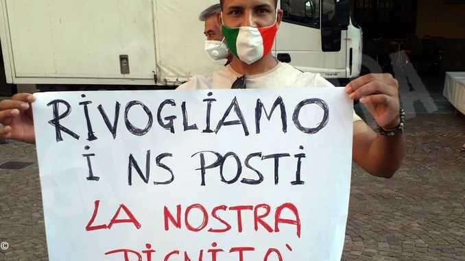 Gli ambulanti che non possono tornare in via Maestra protestano 2