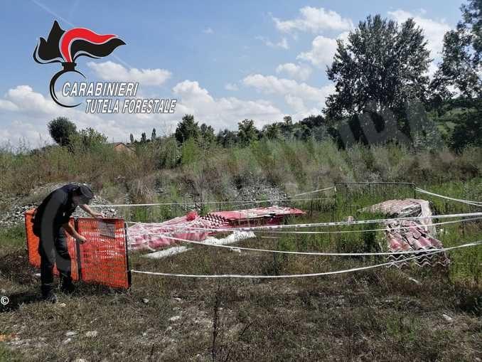 Abbandonano 880 lastre di amianto nelle campagne: i Forestali denunciano tre imprenditori 2