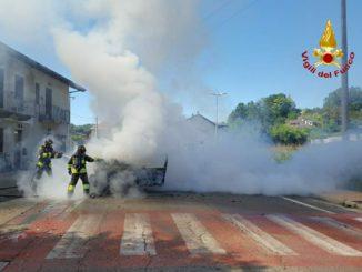 L'auto a gas prende fuoco per un guasto, illesi gli occupanti