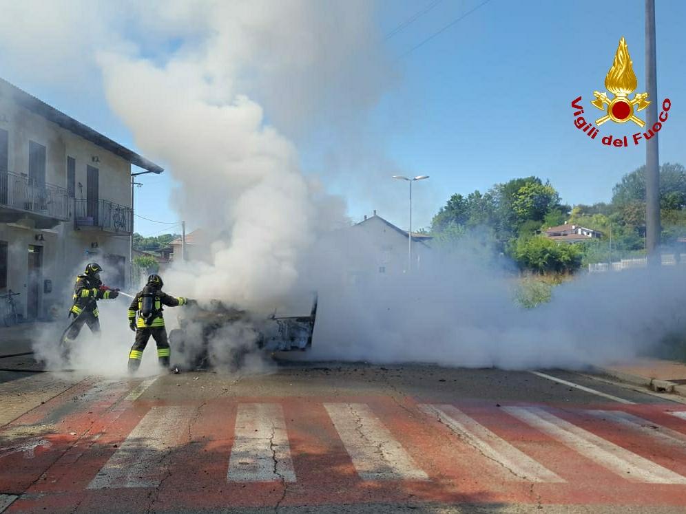 auto in fiamme Monteu Roero
