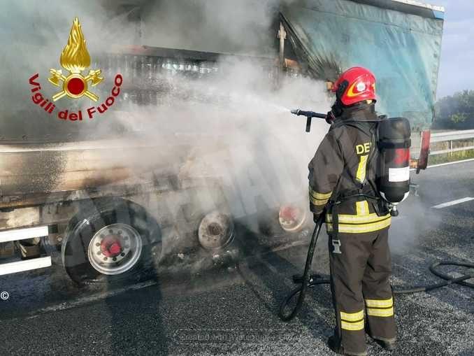 In fiamme il rimorchio di un mezzo pesante sulla Torino-Savona