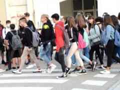Primo giorno di scuola tra autocertificazioni e insegnanti che mancano