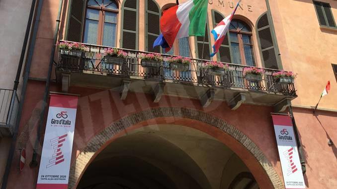 Manca un mese al Giro d'Italia: i municipi di Asti e Alba si sono colorati di rosa 1