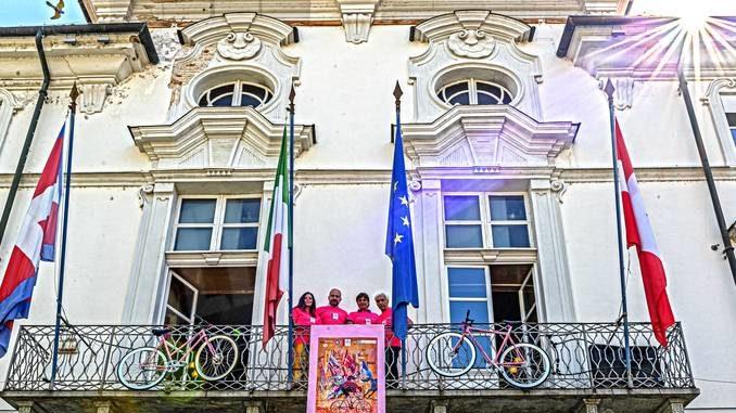 Manca un mese al Giro d'Italia: i municipi di Asti e Alba si sono colorati di rosa