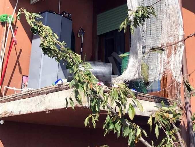 Crolla il parapetto di un balcone: ferita una donna in frazione Ca' del Bosco