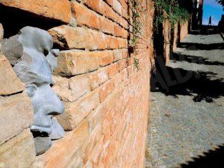 A Guarene i volti dei partigiani sbucano tra i mattoni del muro