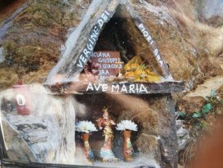 Una statua della Madonna dei Fiori sulla strada che porta al Santuario di Valmala, in Valle Varaita