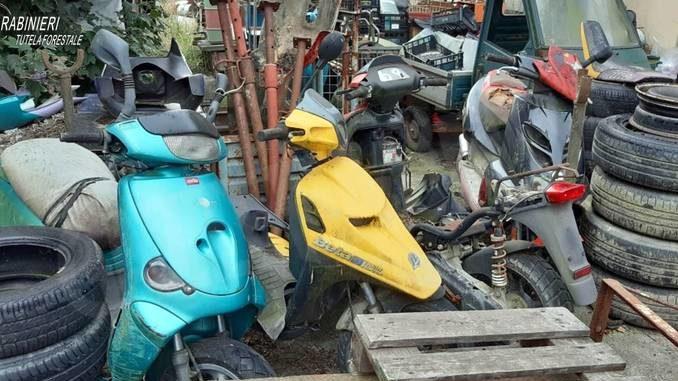 Gestione illecita di auto, moto e rifiuti: denunciato meccanico