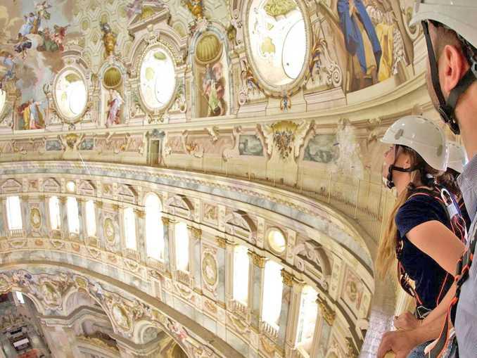 Visitatori esplorano la cupola del Santuario Vicoforte