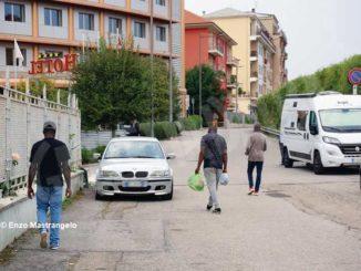 Parte alle 5 da Alba il furgone che porta i migranti in collina