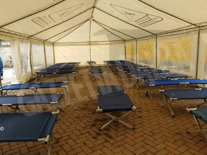 Migranti accampati ad Alba, il Centro di prima accoglienza allestisce le tende in via Pola 3