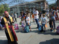 Una benedizione ai bambini per iniziare bene l'anno scolastico 10