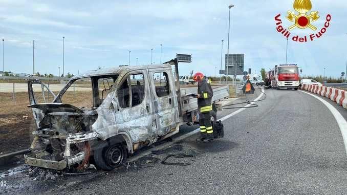 Veicolo in fiamme sul raccordo dell'A33 a Cuneo: nessun ferito