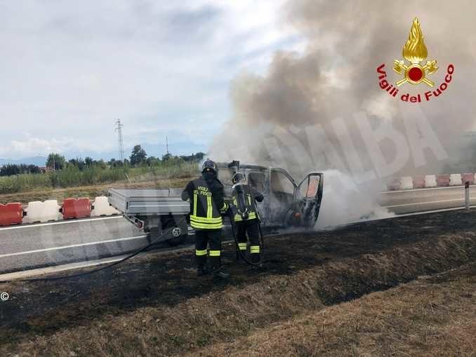 Veicolo in fiamme sul raccordo dell'A33 a Cuneo: nessun ferito 1