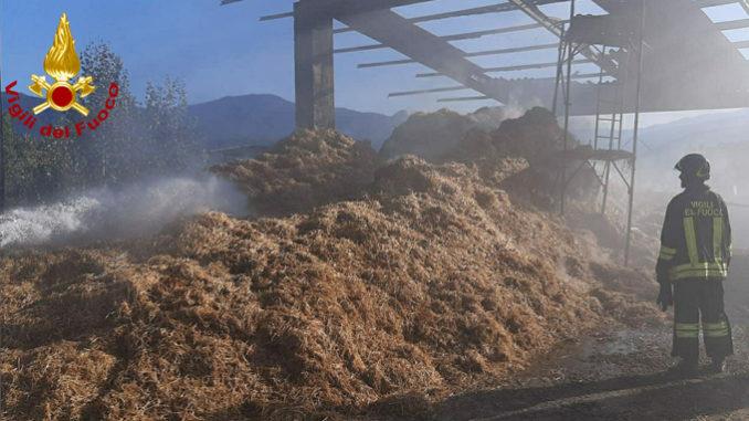 A fuoco un fienile nel comune di Bagnasco, ancora operanti i Vigili del fuoco sul posto
