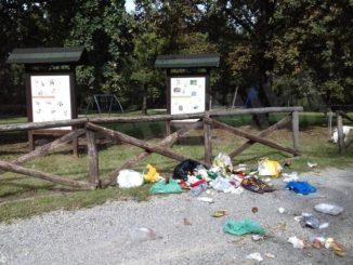 Immondizia sparsa in un'area pic-nic nel Parco del Roero
