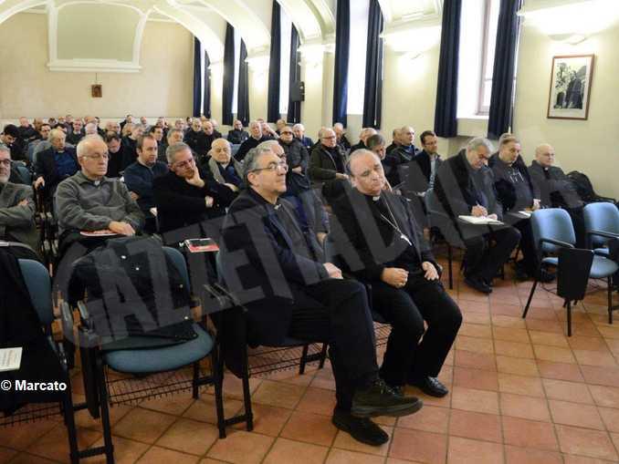 sacerdoti albesi con brunetti in primo piano