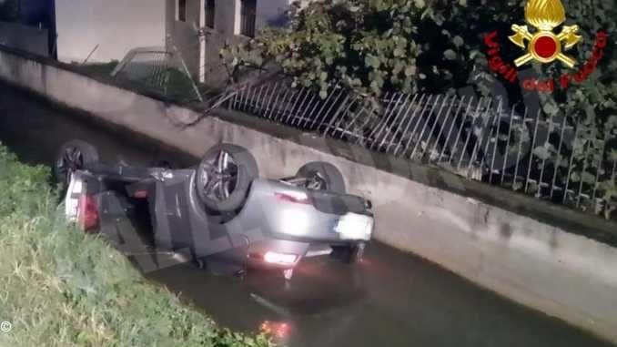 Finisce con l'auto nel canale irriguo: illesa la donna alla guida