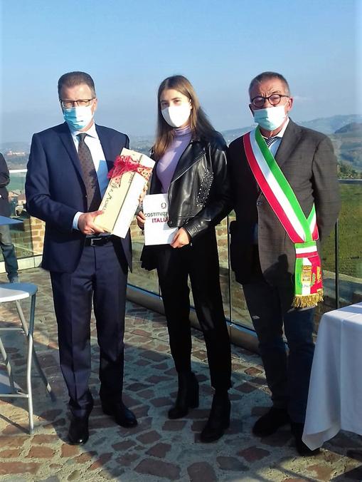 Barbaresco consegna della Costituzione italiana a Michela Culasso nata nel 2002