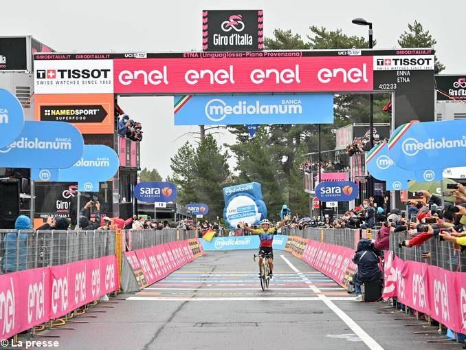 Al Giro d'Italia Sobrero perde terreno sulle pendici dell'Etna. Crolla Thomas