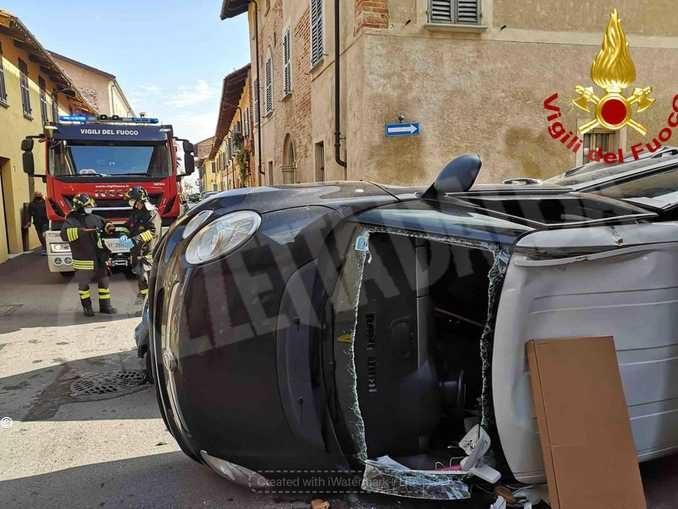 Scontro tra due auto nel centro di Cherasco