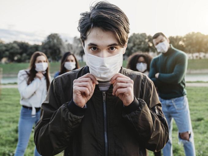 Covid-regole-comportamentali-giovani-indossano-mascherina