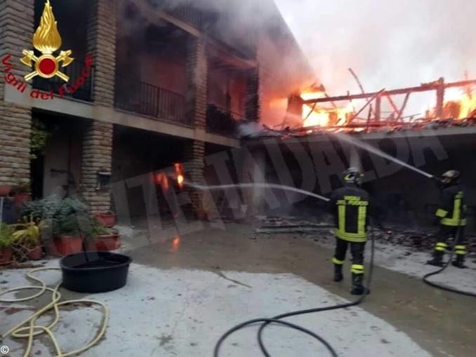 Villetta distrutta da un incendio a Cassinasco, nella Langa astigiana