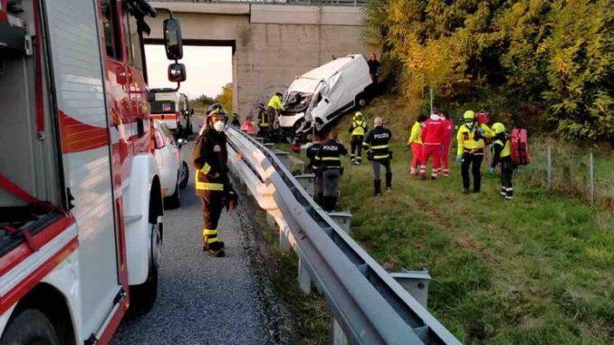 Tragico incidente sulla Torino-Savona, due morti in un furgone finito fuori strada