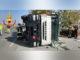 Mezzo pesante si ribalta a Cervere, illeso il camionista